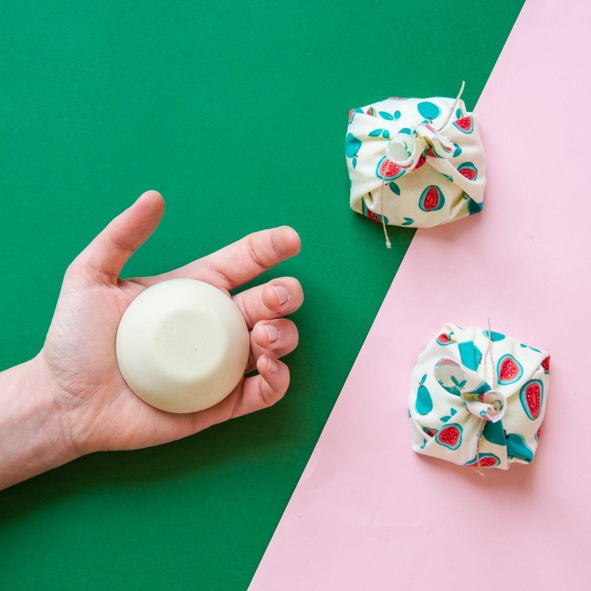 desodorante solido tamaño en mano